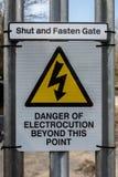 Gefahr des Stromschlagzeichens auf einem Bahnzugangstor lizenzfreie stockfotografie