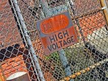 Gefahr, Hochspannung, Warnmeldung auf Schild, Lizenzfreie Stockfotografie