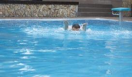 Gefahr im Swimmingpool Stockfotografie