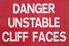 Gefahr instabiler Cliff Sign Lizenzfreie Stockfotografie