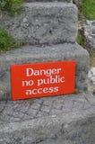 Gefahr kein Zeichen des öffentlichen Zugangs auf Steinschritt Stockbilder