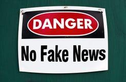 Gefahr keine gefälschten Nachrichten lizenzfreie stockbilder