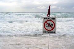 GEFAHR! keine Schwimmen stockfotos