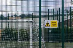 Gefahr klettern nicht Zeichen auf einem Zaun stockbild