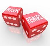 Gefahr und Belohnung - Wörter auf Würfeln Lizenzfreies Stockbild