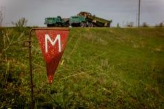 Gefahr von Bergwerken auf Feld warning stockfotos