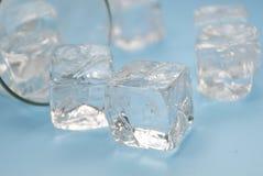 Gefahren des trinkenden alkoholischen Getränks: Verschüttetes Drinkand Eis lizenzfreies stockfoto
