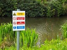 Gefahren-tiefes Wasser keine Schwimmen Stockbild