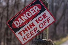 Gefahrendünnes Eiszeichen auf Beitrag Lizenzfreies Stockfoto