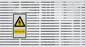 Gefahrenhochspannungszeichen und Hintergrundfoto Lizenzfreies Stockbild
