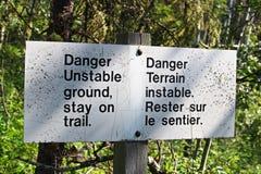 Gefahreninstabiler Boden, Aufenthalt auf Wegweiser Lizenzfreie Stockbilder