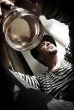 Gefahrenmann im Spitzenhut mit Glas Whisky Stockfotos