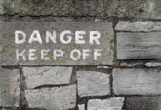 Gefahrenunterhalt weg vom Zeichen auf Stein Stockbild