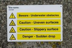 Gefahrenvorsicht passen Wegweiser auf Lizenzfreie Stockbilder