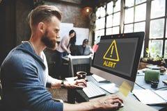 Gefahrenwachsame warnende Mitteilung passen Anzeigen-Ausruf C auf Stockfoto