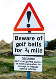 Gefahrenzeichen: passen Sie von den Golfbällen auf. Lizenzfreies Stockbild