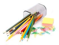 Gefallene Bleistiftschale mit Zeichenstiften und Aufklebern Stockbilder