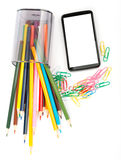 Gefallene Bleistiftschale mit Zeichenstiften und Smartphone Lizenzfreies Stockfoto