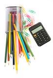 Gefallene Bleistiftschale mit Zeichenstiften und Taschenrechner Lizenzfreie Stockfotos