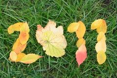 Gefallene rote und gelbe Blätter, die 2011 Digits bilden Stockfoto