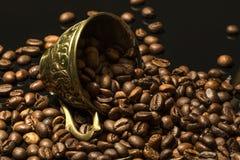 Gefallene Schale voll Kaffeebohnen Lizenzfreies Stockfoto