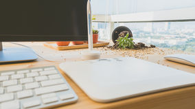 Gefallener Blumentopf auf Schreibtisch Stockfoto