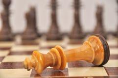 Gefallener weißer Schachkönig Stockfotos