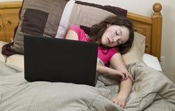 Gefallenes schlafendes am Computer Lizenzfreie Stockfotos