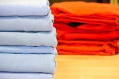 Gefaltete Bettwäsche oder Daunendeckeabdeckung Stockfotos