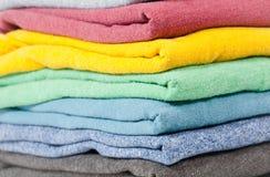 Gefaltete farbige Hemden lizenzfreies stockbild
