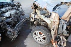 Gefaltete Hauben mit bloßen Motoren der zusammengestoßenen Autos Stockfotografie