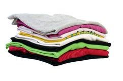 Gefaltete Kleidung getrennt auf Weiß Stockfoto