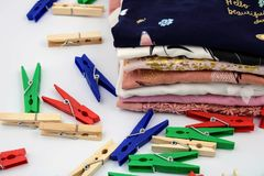 Gefaltete Kleidung und Wäscheklammern stockfoto