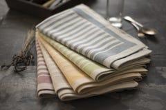 Gefaltete Servietten mit Streifen entwirft verschiedene Farben Lizenzfreies Stockbild