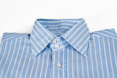 Gefaltetes gestreiftes Hemd für einen Mann Stockbild