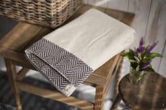 Gefaltetes weißes Tuch mit schwarzem Fischgrätenmuster-Design im Restlicht Lizenzfreie Stockbilder