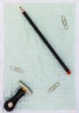 Gefaltetes Zeichenpapier mit Maßeinteilung mit Bleistift Lizenzfreies Stockfoto