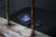 Gefangener auf Stahlgitter Lizenzfreie Stockfotografie