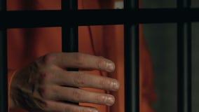 Gefangener mit geschlagenen Faustholdingzellstangen, -konflikten und -angriff im Gefängnis stock video footage