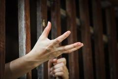 Gefangenhand, die um Lebensmittel im Gefängnis bittet Stockbilder