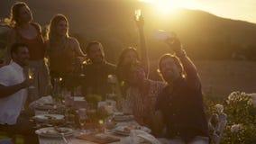Gefangennehmen von verrückten Momenten am Abendessen stock footage