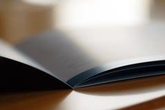 Geöffnete Broschüre Stockfotografie