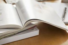 Geöffnete Buch gesetzte an Tabelle Stockbild