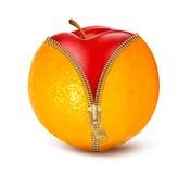 Geöffnete Orange mit rotem Apfel. Frucht und Diät aga Lizenzfreie Stockbilder