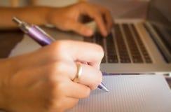 Geöffneter Laptop auf hölzerner Arbeitstabelle Lizenzfreies Stockbild