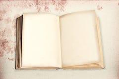 Geöffnetes altes Buch mit Form machte Papier auf stainded Weinlese backgro Lizenzfreies Stockfoto