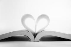 Geöffnetes Buch mit Herzseite Stockfoto
