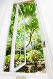 Geöffnetes Fenster des Sommers Stockbilder