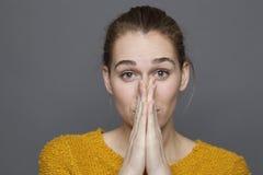 Gefühlskonzept für das Mädchen 20s, das ihren Mund bedeckt Lizenzfreies Stockfoto
