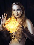 Gefährliche Frauenhexe mit Feuerkugel Stockbilder